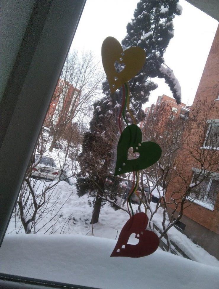 Trys širdelės lange (geltona , žalia, raudona) (Feb 12, 2021 10_49_57)